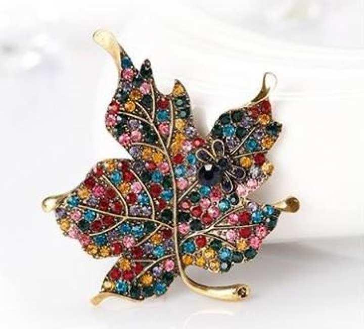Exaggerated retro brooch beautiful color diamond maple leaf brooch